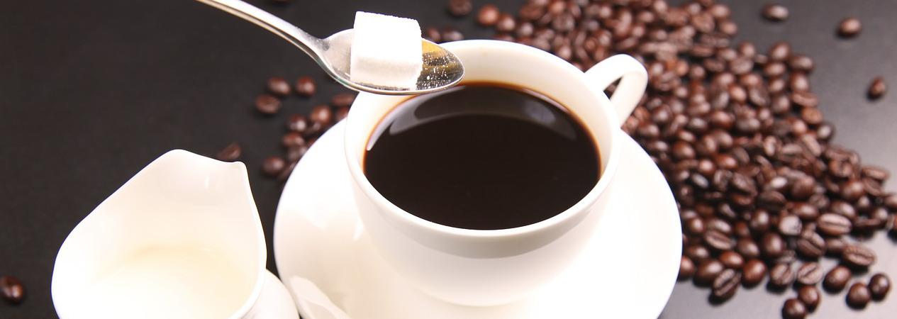Kaffee mit Milch und Zucker serviert